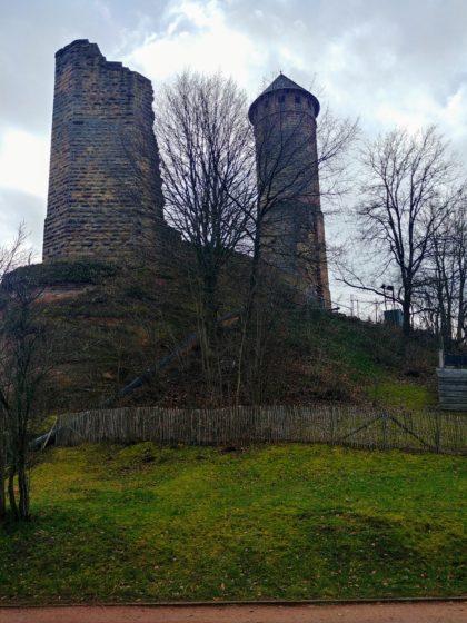 Der Turm der Burg ist 32 Meter hoch