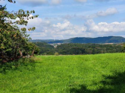Blick ins Umland - das Dorf zwischen den Hügeln ist Hasborn