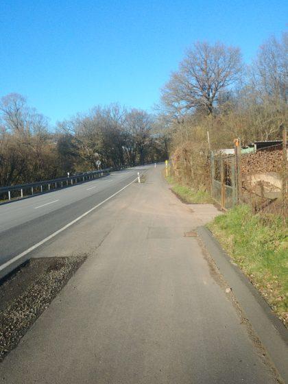 Ein kurzes Stück an der Landstraße entlang; dann eine wirklich gefährliche Stelle, da man die Landstraße an einer sehr unübersichtlichen Stelle überqueren muss