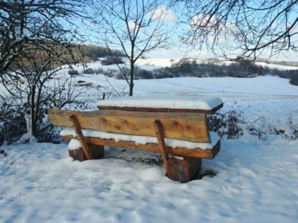 Sämtliche Bänke am Wegrand sind dick mit Schnee beladen