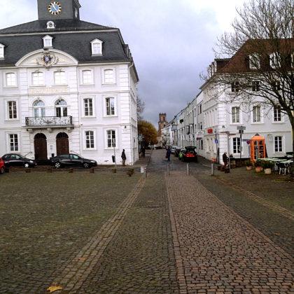 Blick vom Schloss in die angrenzende Straße