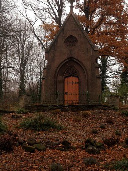 An einem Friedhof vorüber