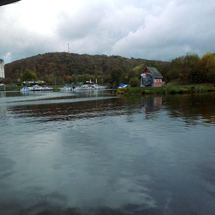 Boote und Yachten passen zu Fluss wie Bahn zu Schienen