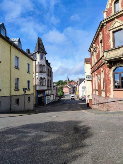 Auf dem Weg in die Innenstadt; im Hintergrund der Alte Turm
