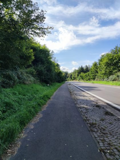 An der Landstraße entlang zum Start des Schauinslandweges