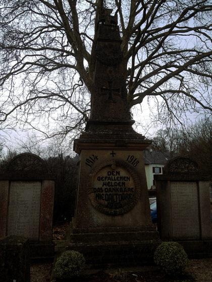Vom Bahnhof Niedaltdorf aus stapfe ich in den Ort hinunter, vorbei an einem Denkmal mit Namen von Gefallenen des 1. Weltkrieges