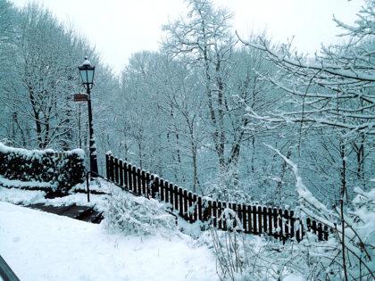 Über verschneite Treppenstufen hinauf zur Burgruine Hohenburg