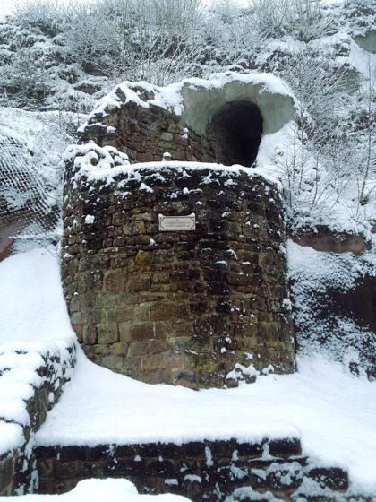 Mauerreste, im Schnee verborgen