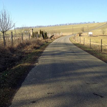 Ich biege links auf einen asphaltierten Weg ab