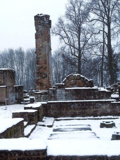 Reste eines Kirchenschiffs