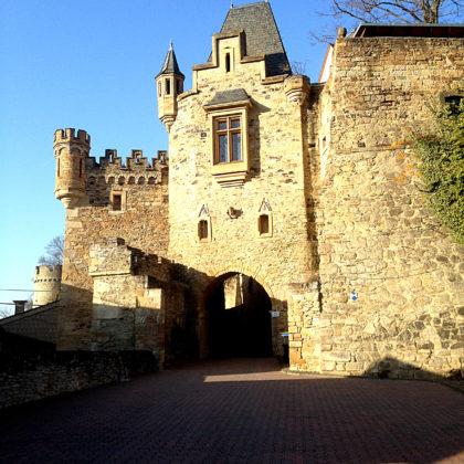 Der Eingang von Schloss Dhaun, der Mitte des 19. Jahrhunderts seine heutige Form erhielt