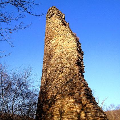Es steht nur noch ein Teil des ehemaligen Bergfrieds