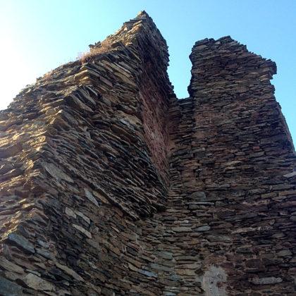 Im 14. Jahrhundert errichtet, wurde die Burg schon nach wenigen Jahrzehnten zerstört