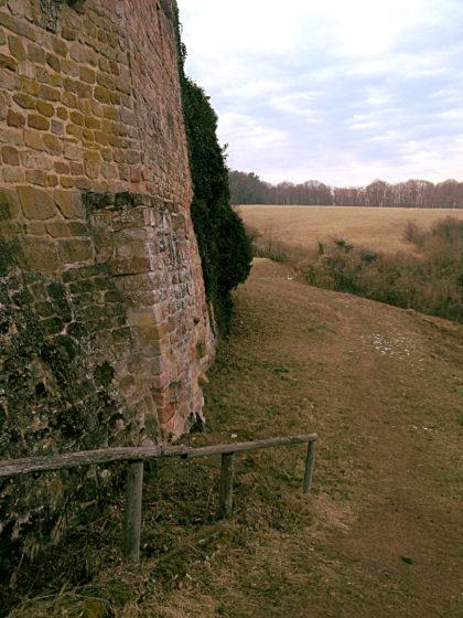 ...und an der Burgmauer entlang in Richtung des Ortes Siersburg