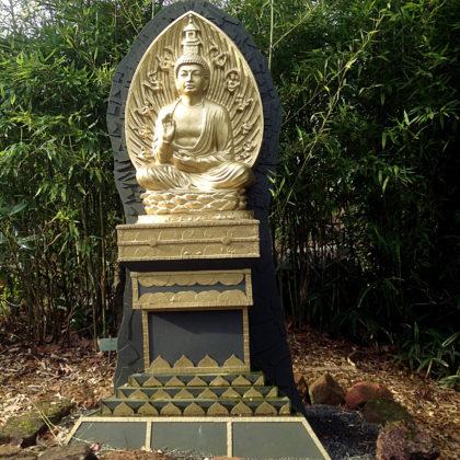 Goldener Buddha im Blumengarten