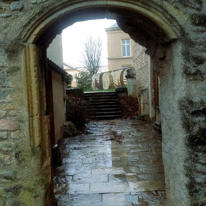 Im 7. Jahrhundert wurde die Kirche Teil eines Benediktinerklosters; Reste eines Kreuzgangs sind auch heute noch erhalten