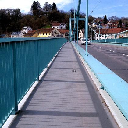Über eine Brücke auf die gegenüberliegende Saarseite