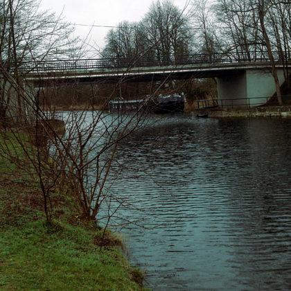 In mehr oder weniger regelmäßigen Abständen führen Brücken über den Kanal hinweg ans jenseitige Ufer