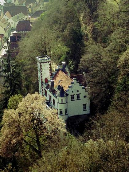 """Blick von der Karlsburg auf das """"Schlössle"""", 1910 erbaut"""