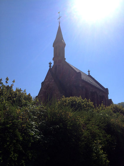 Auf dem Weg zu Schloss Fellenberg an der Friedenskirche vorüber