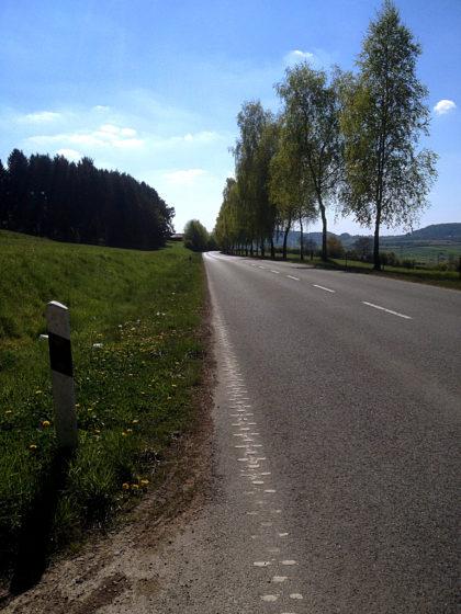 Überqueren einer verlassenen Landstraße