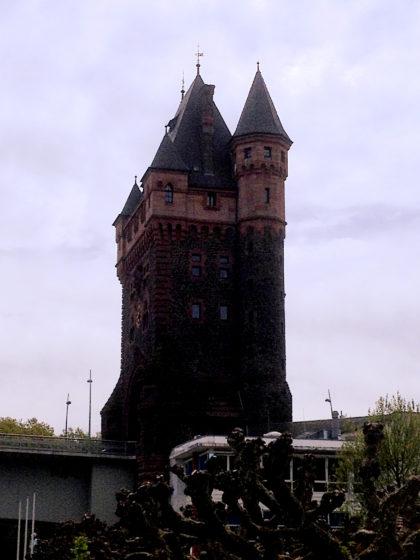 Der Nibelungenturm vom Rheinufer aus
