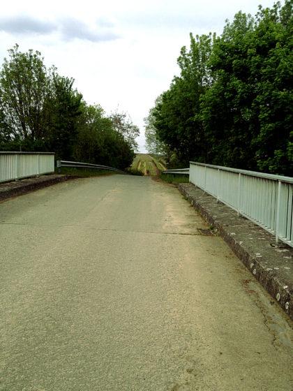 Brücke über eine Landstraße, die akustisch schon die ganze Zeit präsent war