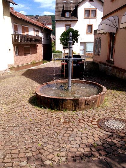 Kleiner Brunnen mitten in Burgsinn