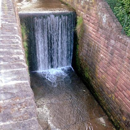 Ein Wasserfall mitten im Ort!