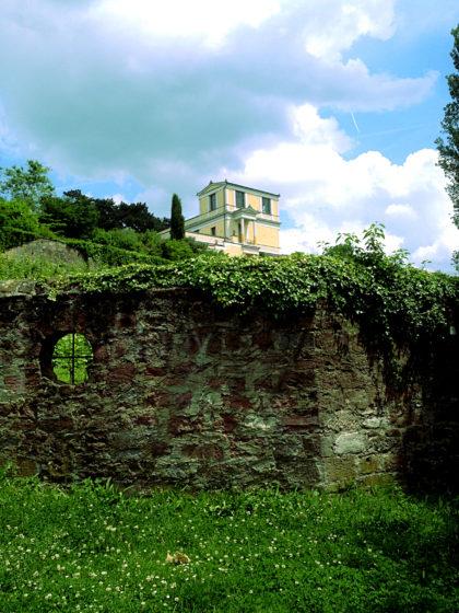 Das Pompejanum und Reste der Stadtmauer