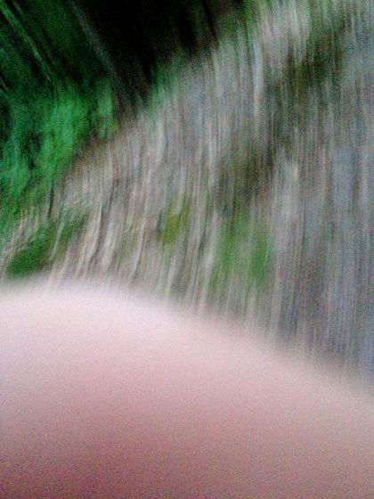 Eine steile Böschung hinabsteigen und dabei fotografieren ist nur schwer miteinander vereinbar