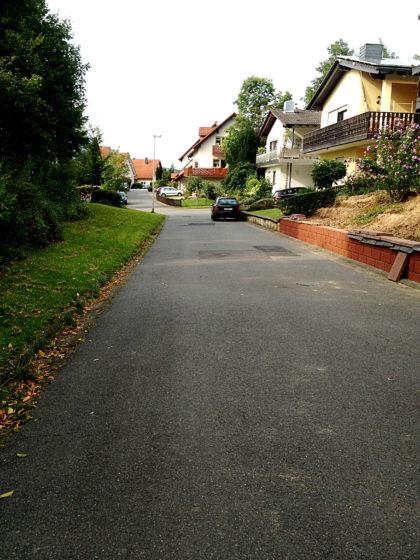 Auf dieser Dorfstraße laufe ich zig Mal hin und her auf der Suche nach der richtigen Richtung