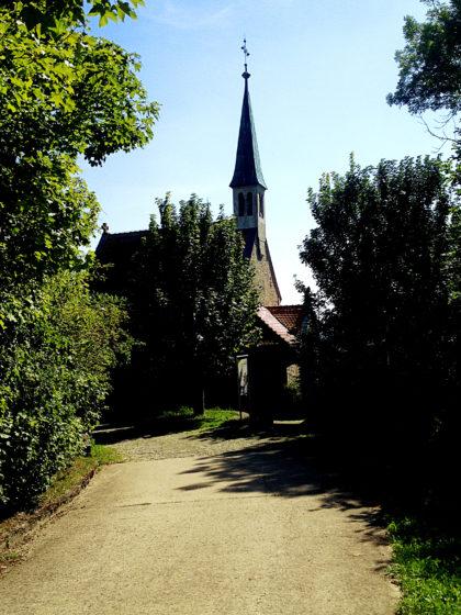 Die Maria-Schmerz-Kapelle oberhalb von Randersacker; sie gehört allerdings nicht zu den Wallfahrtsstätten des Marienweges