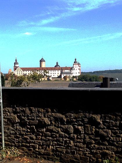 Wieder runter in die Stadt mit Blick auf Festung