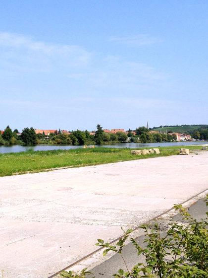 Kurz vor Marktbreit, am jenseitigen Mainufer das Dorf Segnitz