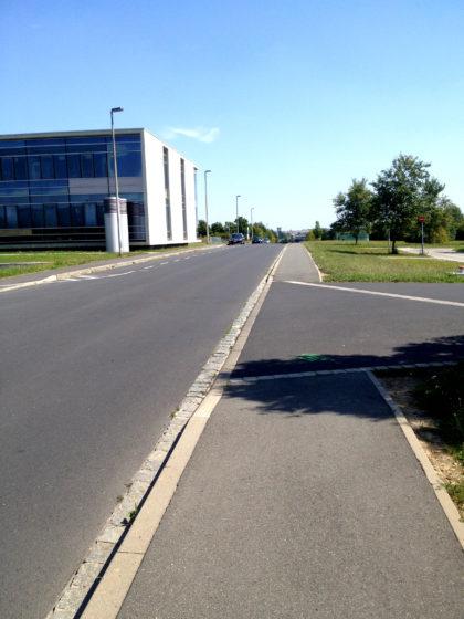 Vorbei am Campus der Würzburger Universität