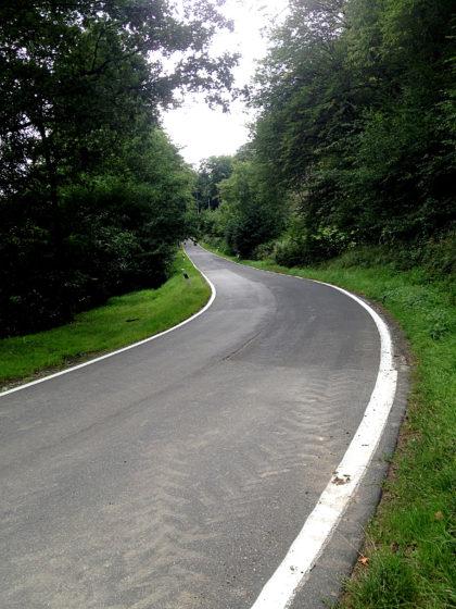 Und wieder mal eine einsame Landstraße, die ich überquere