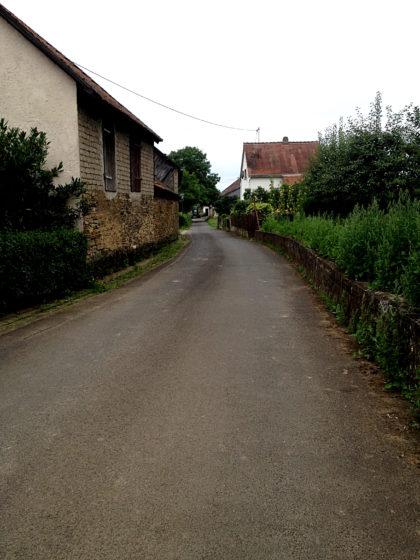 Horbach - da hinten erkennt man schon den Traktor, dem ich ausweiche, indem ich auf die Mauer steige