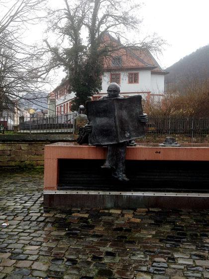 """""""Der Zeitungsleser"""", eine Skulptur des Künstlers F.W Müller-Steinfurth"""