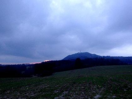 Der knapp 600 Meter hohe Schaumberg im verblassenden Tageslicht