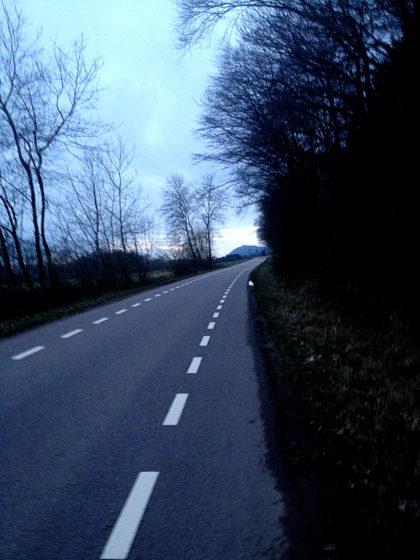 Ein paar hundert Meter unmittelbar an der Straße entlang