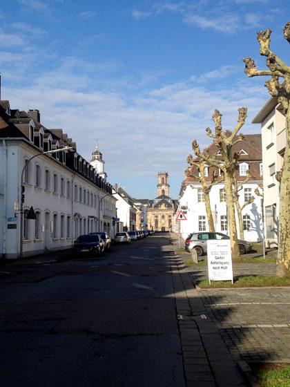 Schon auf dem jenseitigen Saarufer mit Blick auf die Ludwigskirche