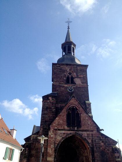 Der 50 Meter hohe Turm der Stiftskirche St. Arnual