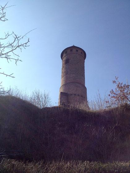 Der Bergfried der im 11. Jahrhundert erbauten und im Laufe der Zeit vielfach veränderten Burg Kirkel. Mitte des 19. Jahrhunderts wurde sie nach einem verheerenden Brand längere Zeit sogar als Steinbruch genutzt