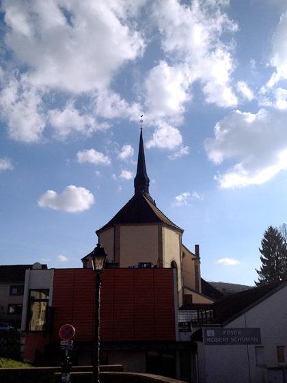 Der Kirchturm wirkt fast zerbrechlich