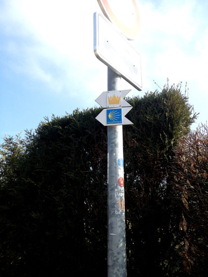 An Wanderwegen gibt es in Blieskastel keinen Mangel: Oben das Symbol des Mariannenweges, darunter das bekannte Jakobswegsymbol