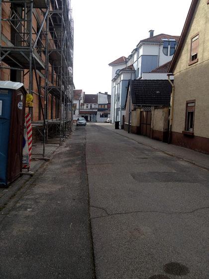 Durch leere Nebenstraßen...