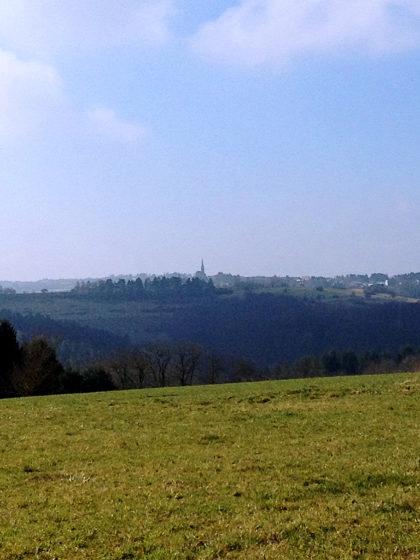 Schimmernde Weite mit Kirchturmspitze