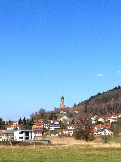Von weitem sehe ich bereits den Bergfried der Burg