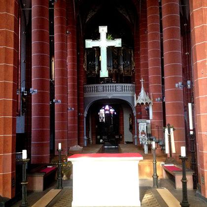 Orgel im rückwärtigen Teil des Chorraums